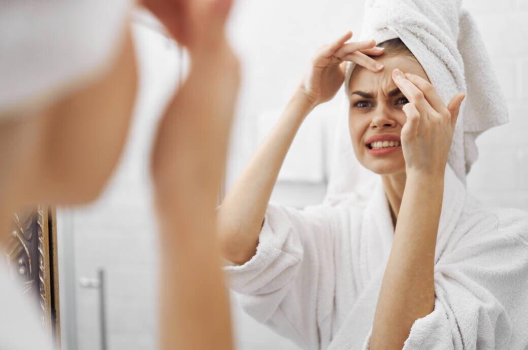 Frau versucht, Mitesser zu entfernen
