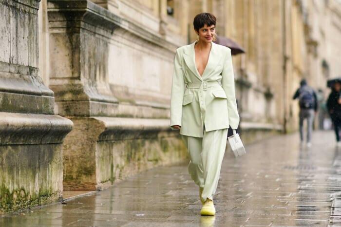 Frau in Anzug