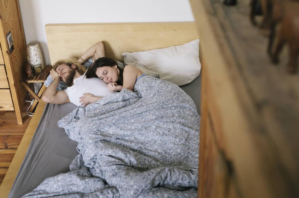 Paar, das im Bett schläft