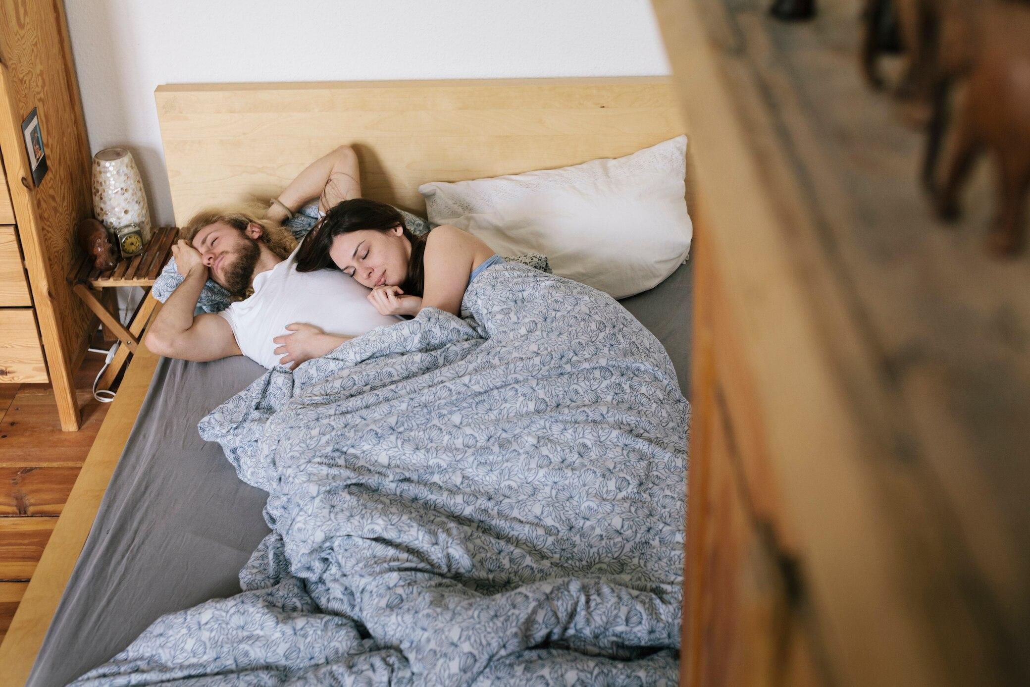 Drei Paare teilen sich ein Bett