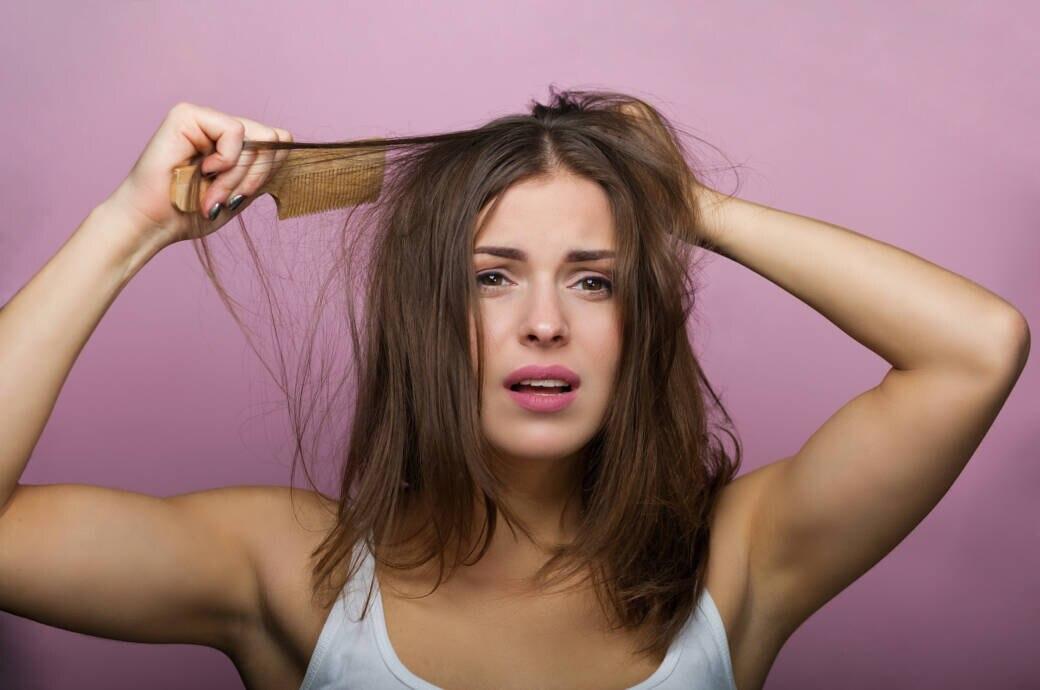 Frau, die sich die Haare kämmt