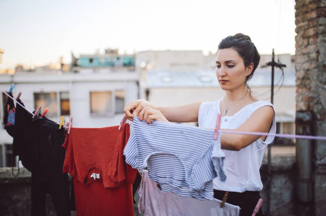 Frau, die Wäsche aufhängt