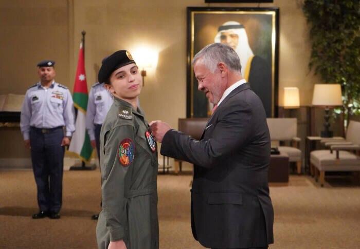 Stolzer Vater-Tochter-Moment: König Abdullah II. steckt seiner Tochter Salma