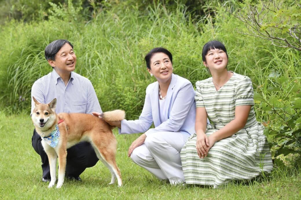 Kaiser Naruhito, Ehefrau Masako und Tochter Aiko und Hund Yuri