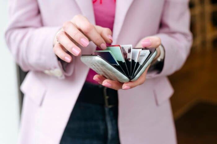 Frau mit Kartenetui