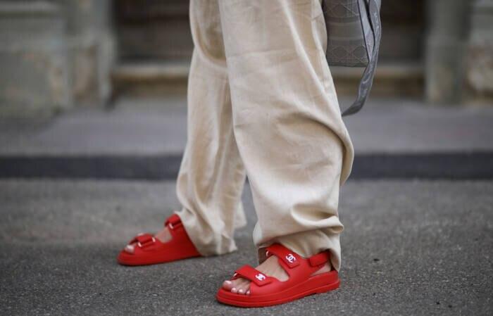 Frau in Ugly Sandals