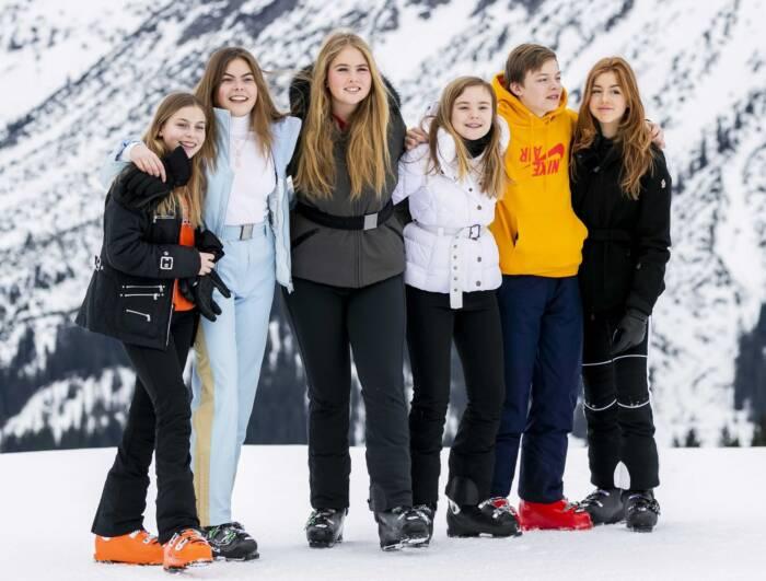 Die Prinzessinnen Amalia, Alexia und Ariane sowie Gräfin Eloise 2.v.l.), Graf Claus-Casimir und Gräfin Leonore während der jährlichen Fotosession der königlichen Familie im Winterurlaub