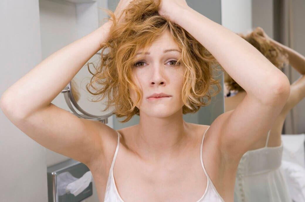 Frau rauft sich die Haare