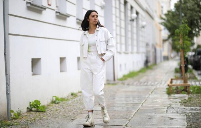 Frau in weißem Denim
