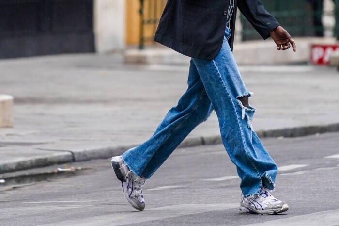Frau mit Wide-Leg-Jeans