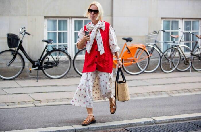 Frau in Kleid und Pullunder