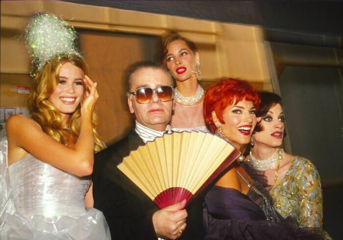 Claudia Schiffer mit Karl Lagerfeld, Christy Turlington, Linda Evangelista und Kristen McMenamy auf einer Chanel-Show in Paris in den 90ern