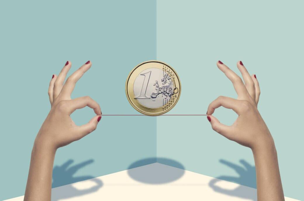 Frau balanciert Geld