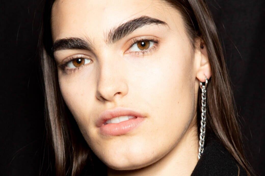 Model mit dicken Augenbrauen