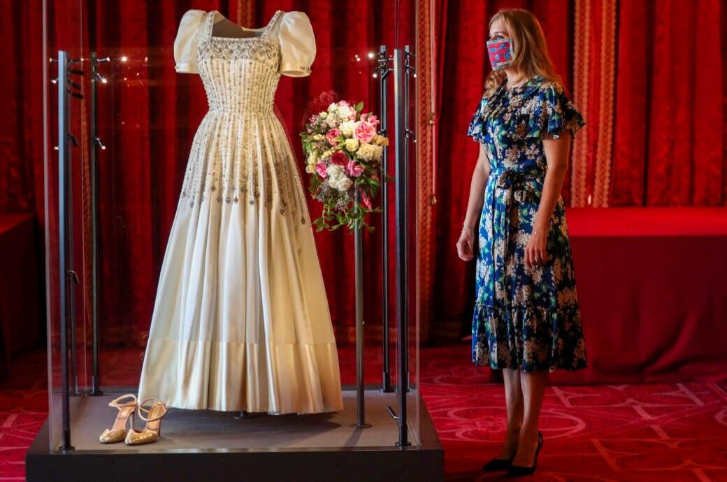 Prinzessin Beatrice neben ihrem ausgestellten Brautkleid