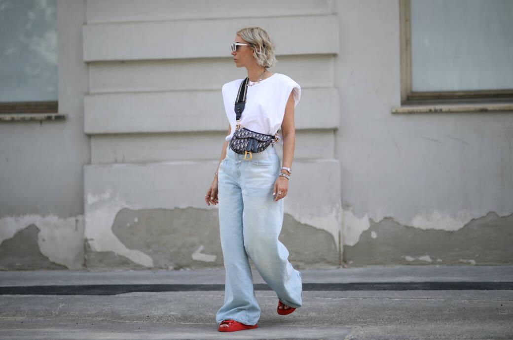 Frau in Baggy Jeans