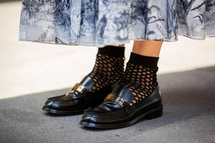 Frau in Loafers