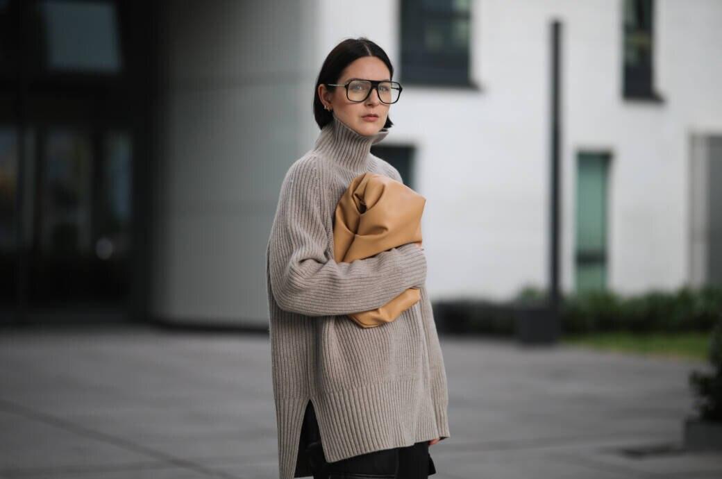 Frau in Strickpulli