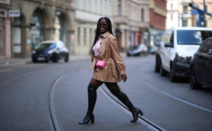 Frau in Overknees