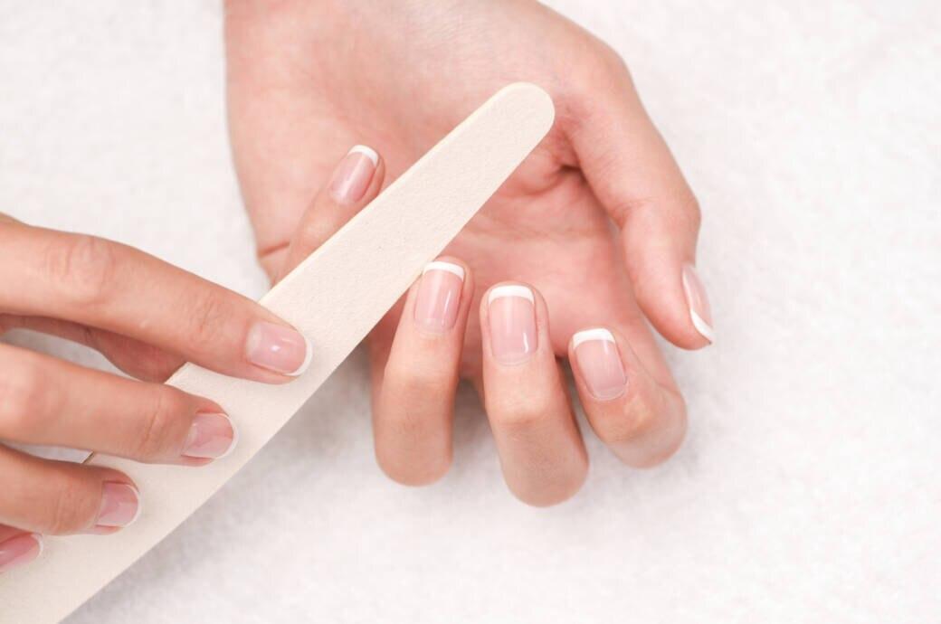 Finger mit weißen Halbmonden