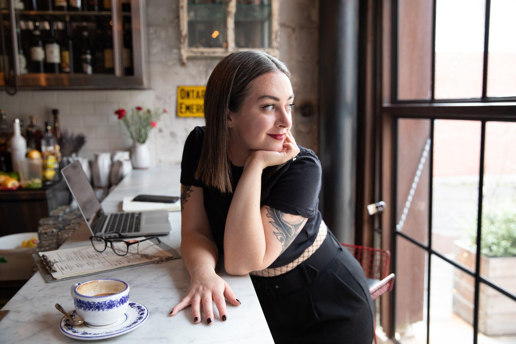 Graue Haare mit 30: Warum ergrauen manche Frauen so früh?