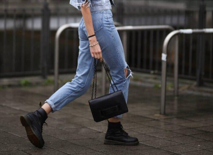Frau in Mom Jeans