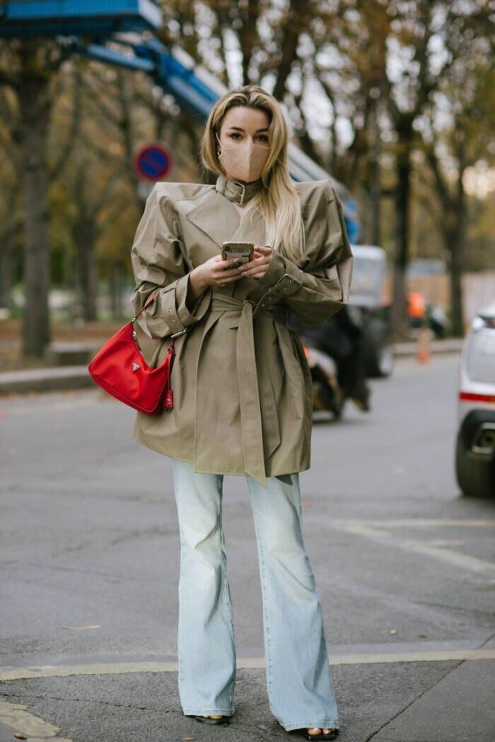 Frau in Schlaghose