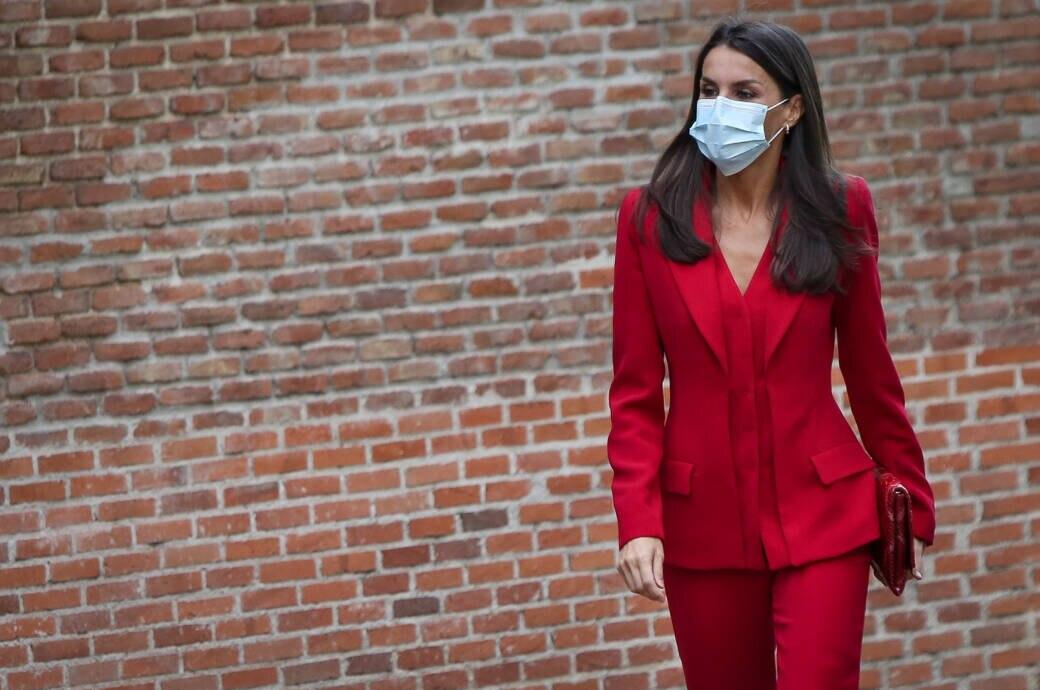 Königin Letizia im roten Hosenanzug
