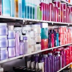 Regal mit Haarpflege-Produkten