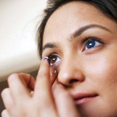 Frau mit farbigen Kontaktlinsen