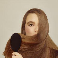Frau bei der Haarpflege