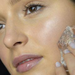 Frau macht Skin Icing