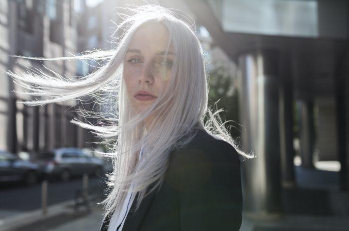 Graue Haare im jungen Alter - warum ergrauen manche Frauen